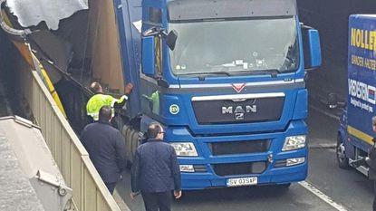Opnieuw rijdt een truck zich klem onder tunnel