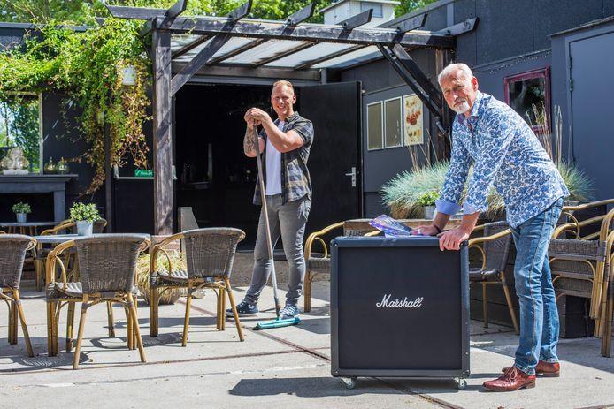 Aad (r) en Barry van Jole maken het terras gereed voor het eerste muziekfestival in lange tijd.