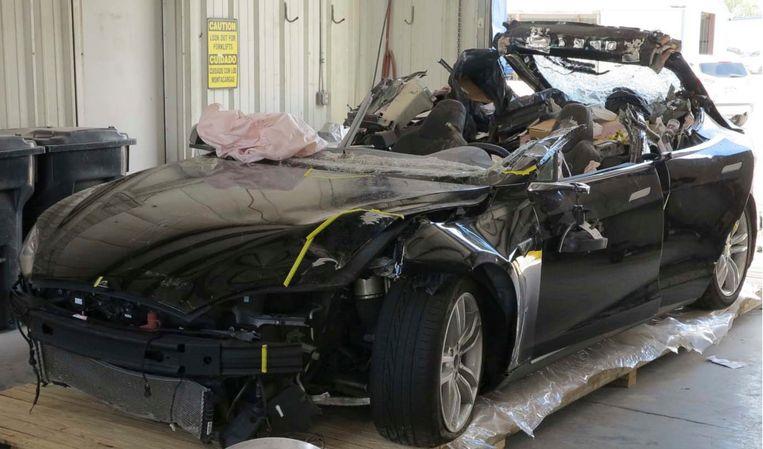 Schade aan een Tesla na een ongeluk. De bestuurder gebruikte rijtaakhulpsystemen. Beeld AP