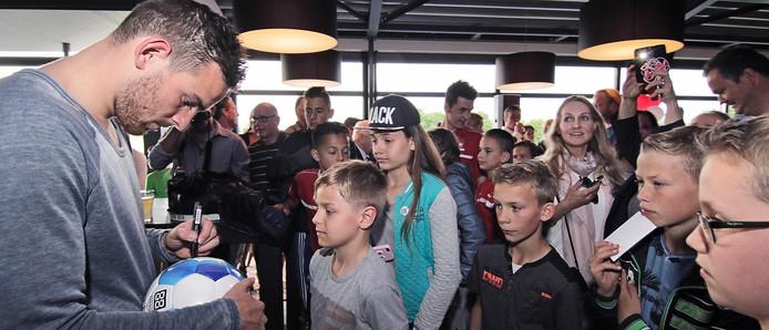 PVH Oss voor de offciële opening van het nieuwe sv TOP honk signeerde AZ spits Vincent Janssen binnen van alles en nog wat (ballen, petjes, foto's, shirts etc).