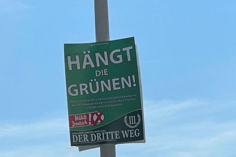 De extreemrechtse en nationaal-revolutionaire splinterpartij Der Dritte Weg (De Derde Weg) veroorzaakte in verschillende deelstaten ophef met verkiezingsaffiches met de slogan: 'Hang de Groenen op'.  Beeld via Reuters