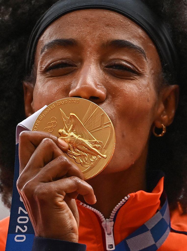 Sifan Hassan is dolgelukkig met haar goud op de 5000 meter. Beeld AFP