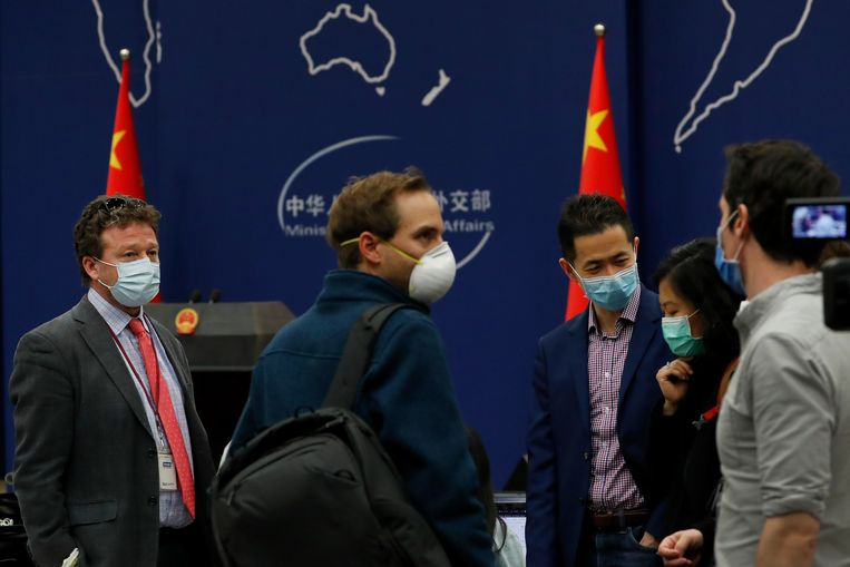 Journalisten na een bijeenkomst met een woordvoerder van het Chinese ministerie van Buitenlandse Zaken.   Beeld AP
