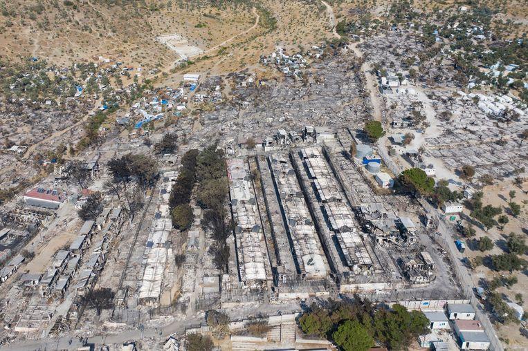 Van het vluchtelingenkamp is na de brand weinig meer over. Beeld EPA