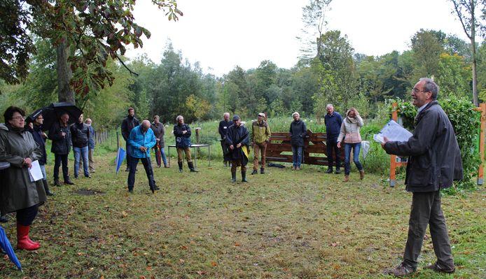 Digni van den Dries spreekt de vrijwilligers van het voedselbos in Emmeloord toe.