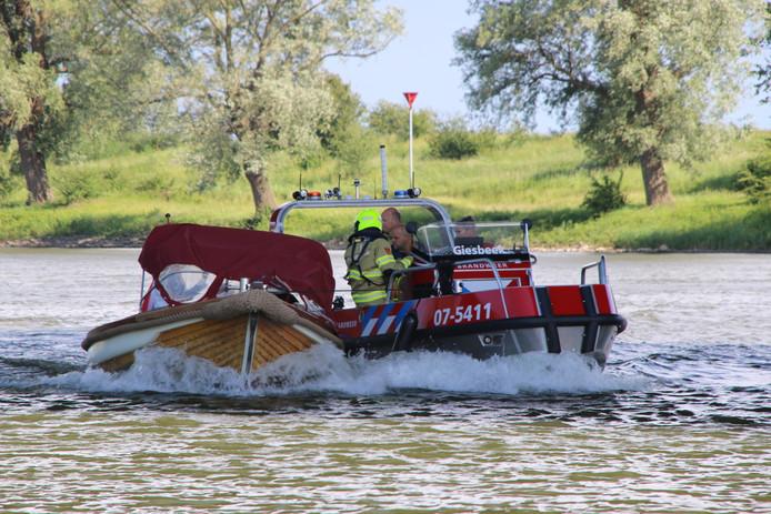 De brandweerboot haalde de plezierboot in ter hoogte van de Havikerwaard, en nam de boot mee op sleeptouw naar de haven in Rheden.