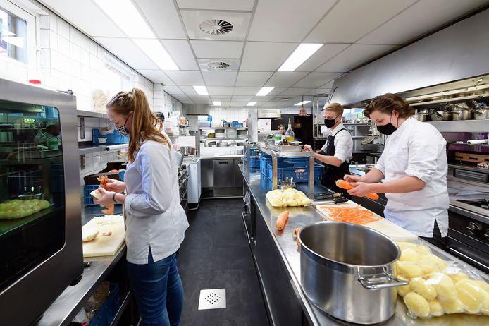 Koks van restaurant Tilia in Etten-Leur bezig met de voorbereidingen voor afhaal-diners. Dat zal voorlopig zo blijven nu de horeca tot zeker half januari dicht blijft.