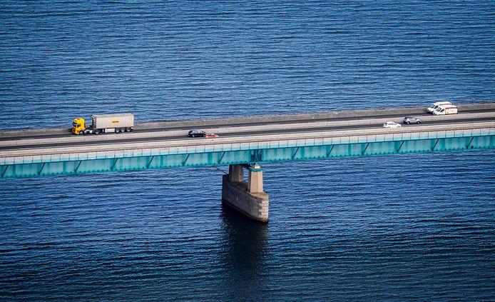 De Haringvlietbrug vanuit de lucht.