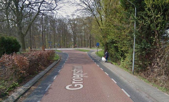 Het trottoir op het laatste deel van de Groenstraat richting de Leurse Baan in Prinsenbeek is zo smal dat er maximaal een voetganger op past. Dat levert gevaarlijke situaties op met tegemoetkomers die noodgedwongen de rijbaan op moeten.