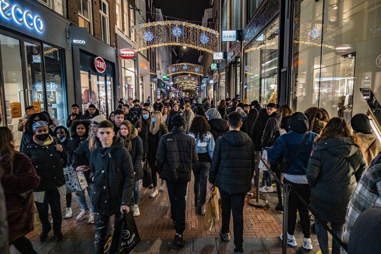 Een bomvolle Kalverstraat in Amsterdam op Black Friday. Beeld Joris Van Gennip