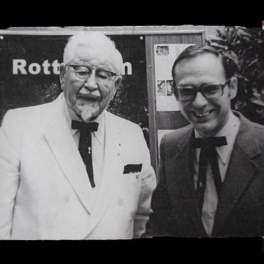 John de Kok uit Rotterdam (rechts) met Harland Sanders, oprichter van Kentucky Fried Chicken KFC