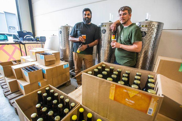 Bierbrouwers Viresh Bachoe (l.) en Loek Eerhart hebben eindelijk een eigen bierbrouwerij in eigen stad.