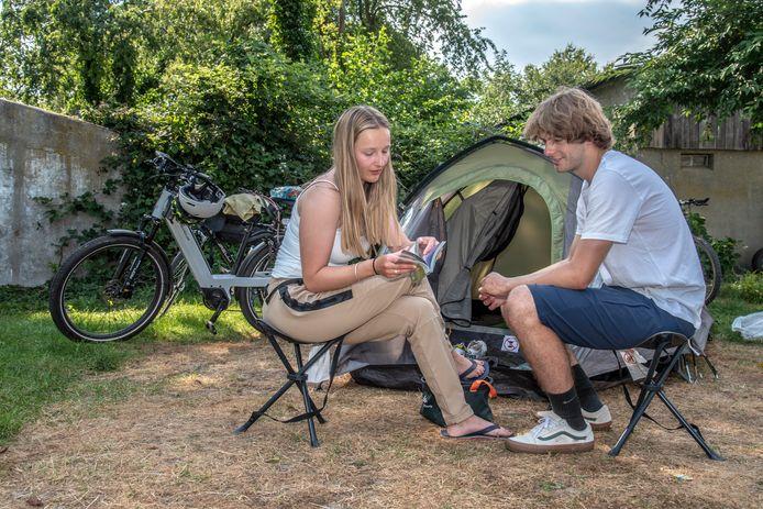 Margot Buvens en Laurens van de Vel uit het Belgische Hasselt op kampeerterrein 't Smokkelpad in Groesbeek-de Horst.