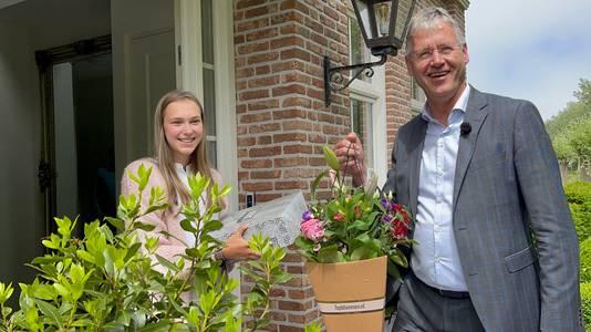 Onderwijsminister Arie Slob kwam speciaal naar Domburg om de geslaagde Roos persoonlijk te feliciteren.