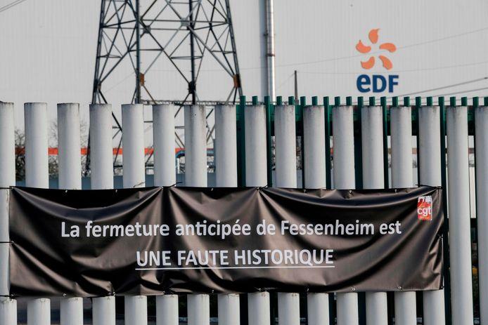 """Niet iedereen is het eens met de sluiting van de kerncentrale. """"Het vervroegd sluiten van Fessenheim is een historische misser"""", aldus een spandoek bij de ingang van het complex. (21/02/2020)"""