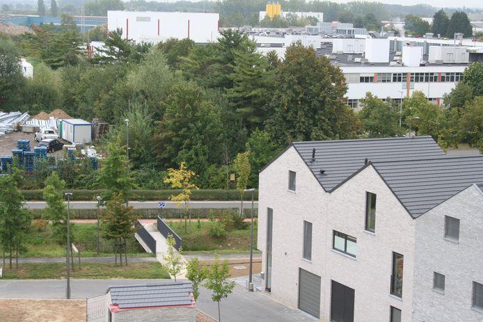 Net over het brugje aan de overzijde van de straat hangt het gele papier voor de komst van een tankstation uit.
