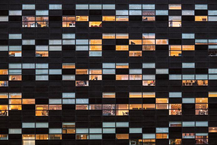 In kantoorkolos 52Nijmegen brandt veel licht en zijn er mensen aanwezig.