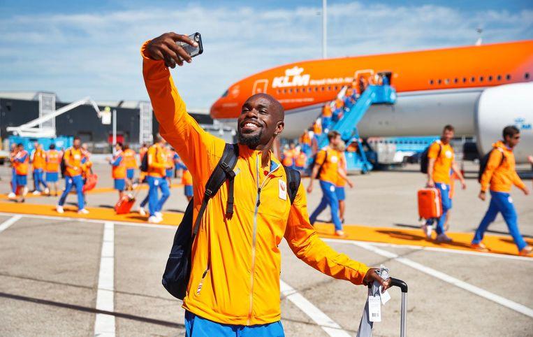 Atleet Churandy Martina maakt een selfie voor de oranje Boeing. Beeld anp