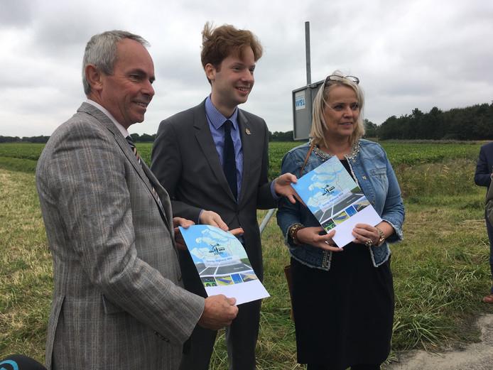 Wethouder Jacqueline van Burg van Schouwen-Duiveland (rechts), wethouder Marnix Trouwborst van Goeree-Overflakkee (links) en gedeputeerde Floor Vermeulen van Zuid-Holland (midden) met de nieuwe plannen voor de N59.
