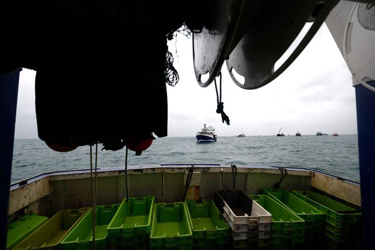 Donderdag besloten de Franse vissers, na een gesprek met de autoriteiten van Jersey, te vertrekken. Voor hen in de plaats kwamen twee Franse marineschepen.  Beeld AFP