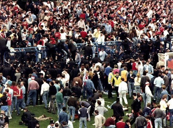De vreselijke taferelen in het Hillsboroughstadion doen onvermijdelijk denken aan die van het Heizeldrama in Brussel vier jaar eerder.