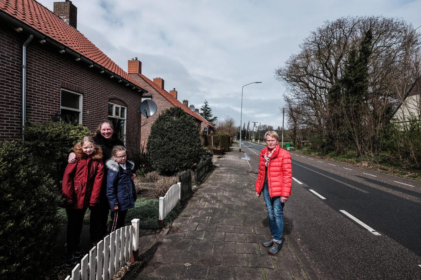De Duitse grens loopt langs de voortuin van Sabine de Groot en dochters Anne en Emma. Zij mogen officieel niet zonder negatief testbewijs op Duits grondgebied verblijven,  waar hun Duitse overbuurvrouw Ingrid Jansen staat.