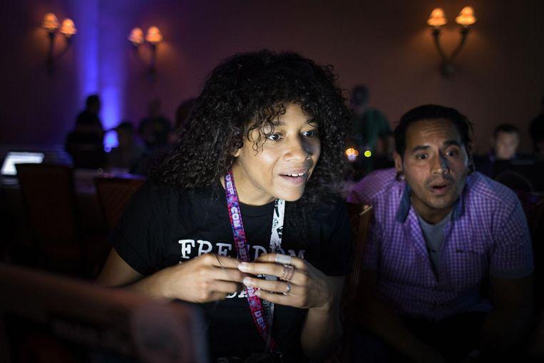 Het grootste gedeelte van de bezoekers op Defcon is man, maar er zijn ook vrouwelijke hackers te vinden Beeld Jeroen de Bakker