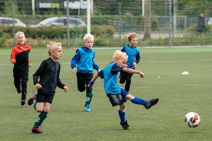 Illustratie jonge kinderen voetballen
