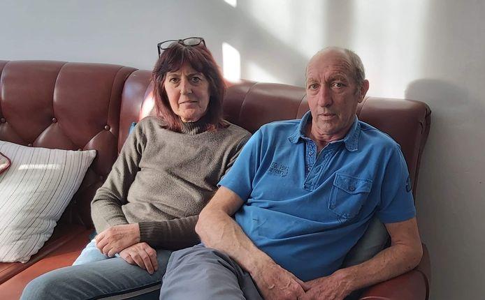 Christine en Luc op de mooie lederen zetel die ze kregen van een vrijgevige Vosselarenaar.