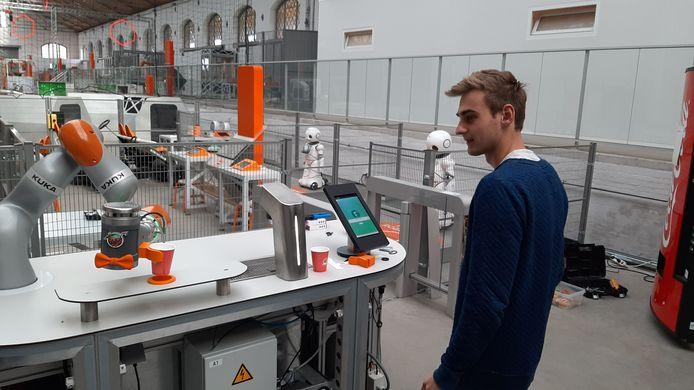 Robotland Essen. Seppe Vanderkeybus laat een computer zijn favoriete mixdrankje maken.