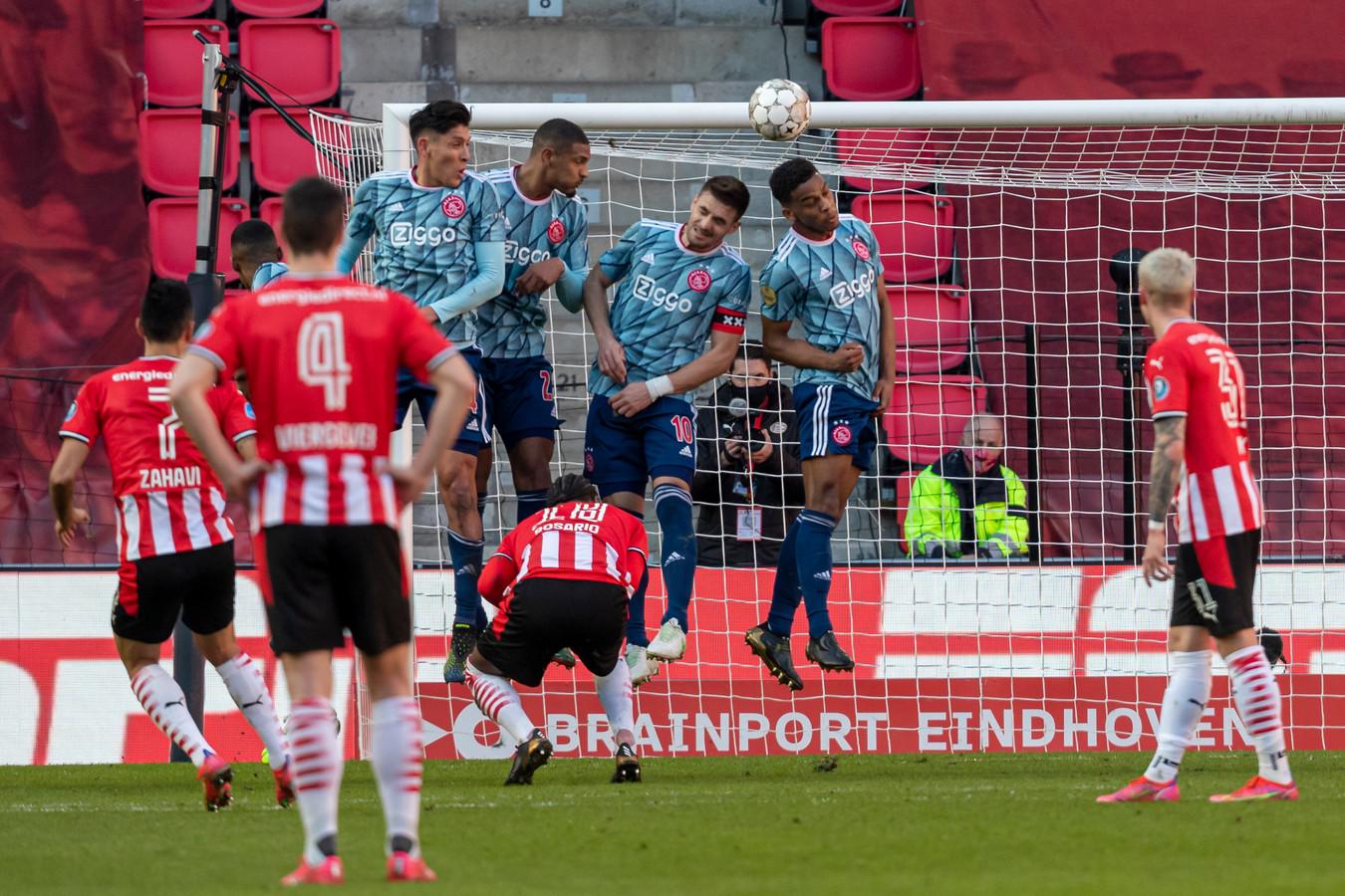 Met een heerlijke vrije trap zette Eran Zahavi PSV vlak voor rust op voorsprong