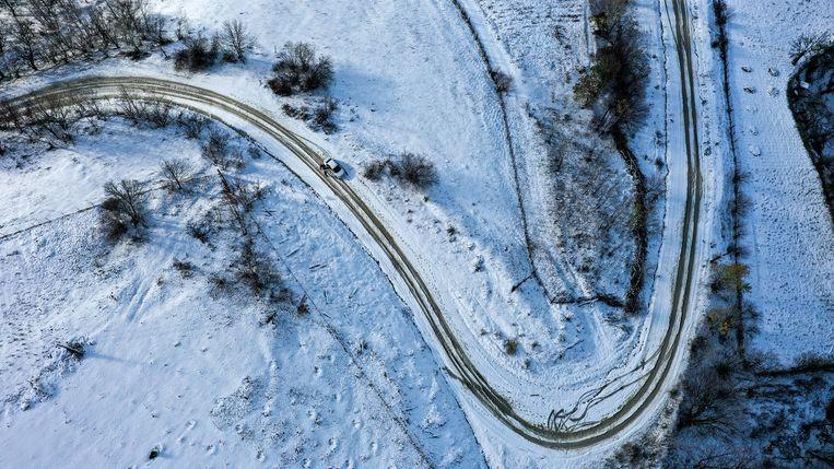 Een bergweg vlak bij het dorpje Almak in Dagestan. Beeld Musa Salgereyev / Getty