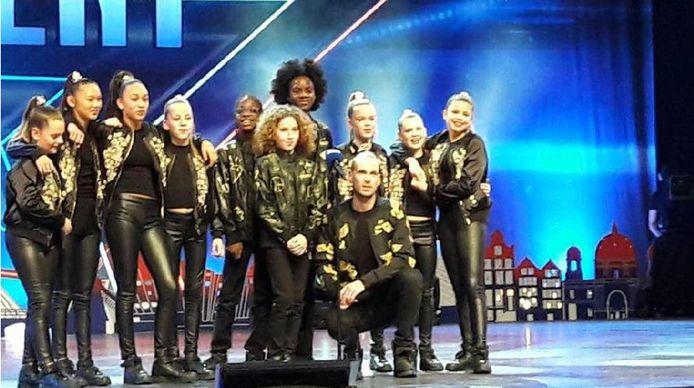 De dansers van The Epic Crew luisteren na hun act gespannen naar het jurycommentaar.