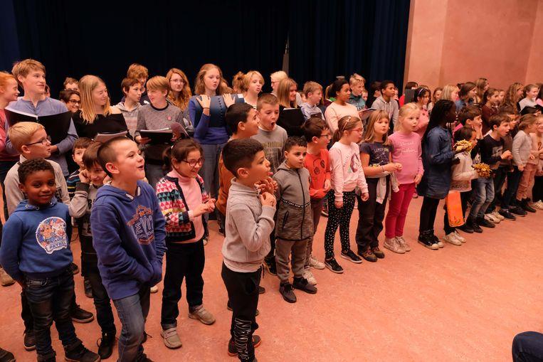 De lagere schoolkinderen van Pullaar en de middelbare scholieren van Sterrendaalders sloten de dag af met een samenzang.