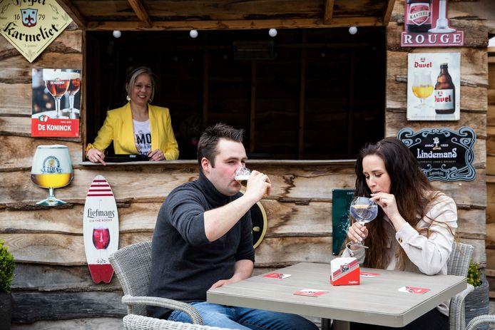 Café De Klok in Pelt. Frits geniet van zijn pintje met zijn vriendin Hanne.