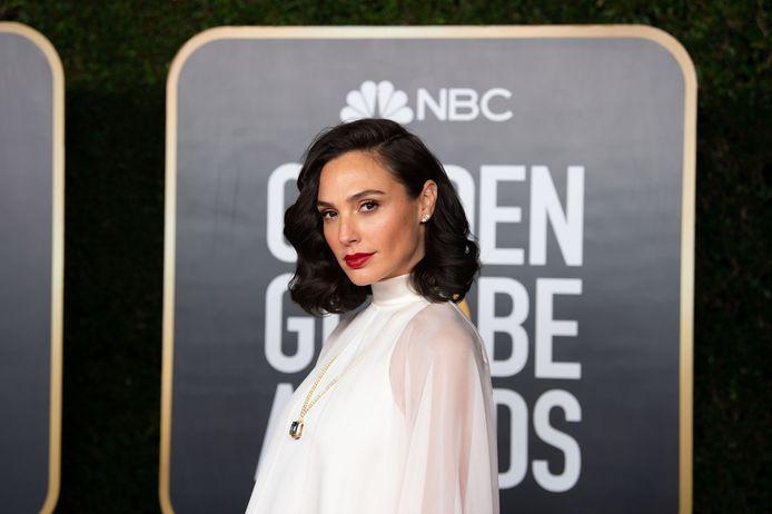 Gal Gadot in een los jurkje op de Golden Globes
