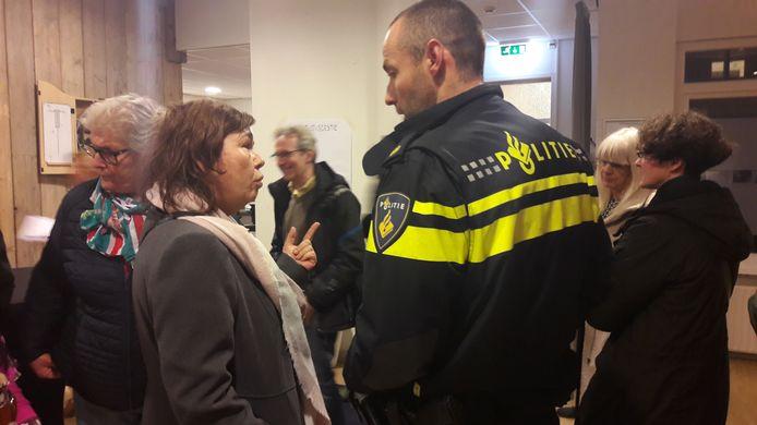 Buurtbewoonster Annet Dubbeld in gesprek met de wijkagent bij de inloopbijeenkomst van het Leger des Heils.
