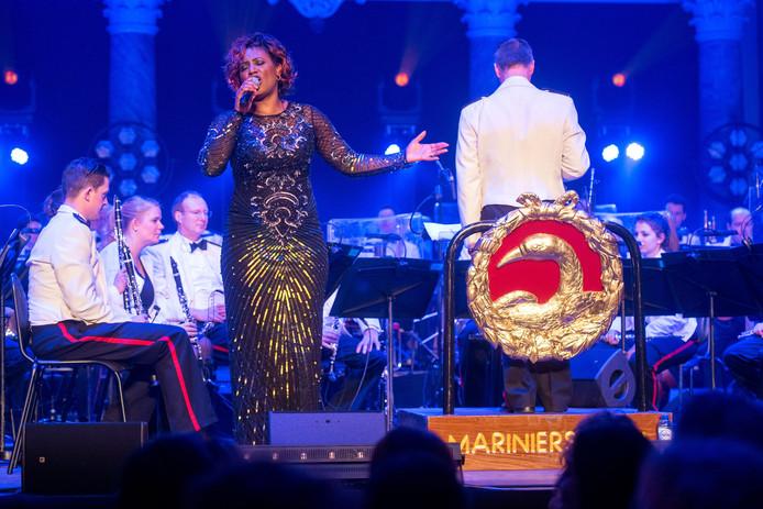 Edsilia Rombley in actie met de Marinierskapel, op het gala van carnavalsvereniging On-Ganse in de Eusebiuskerk in Arnhem.