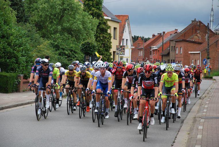 De renners in de eerste ronde in de Langestraat.