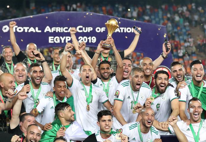Riyad Mahrez met de beker na de zege van Algerije op Senegal.
