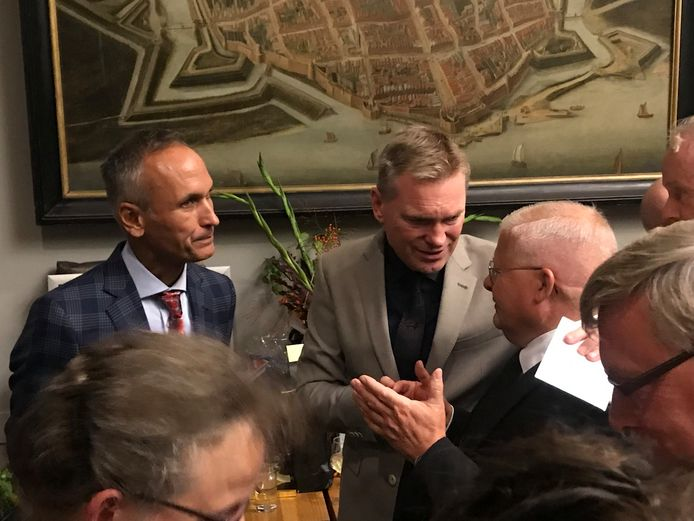 Peter Rehwinkel neemt tijdens de drukbezochte receptie afscheid van de inwoners van Zaltbommel.