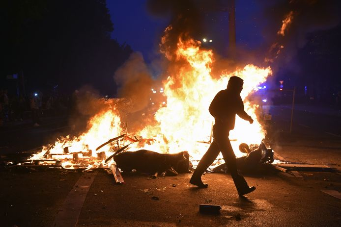 Eem demonstrant loopt in Hamburg langs een stapel brandend materiaal. Foto ter illustratie.