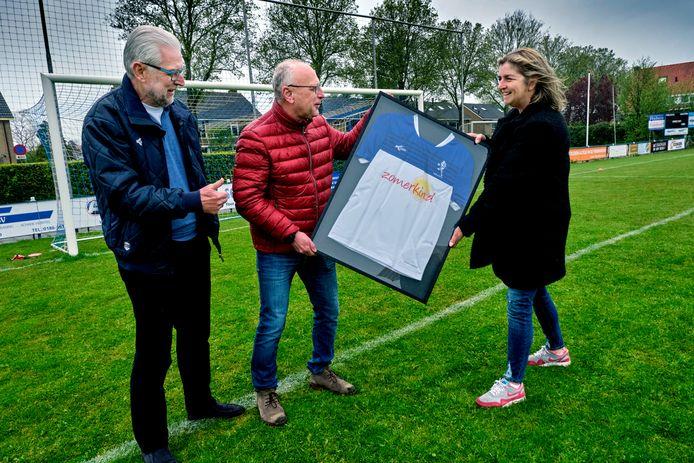 NBSVV-voorzitter Dirk Enzlin (midden) en Renée Ruisch van Stichting Zomerkind (rechts) bezegelen met de shirtoverhandiging de bijzondere sponsorsamenwerking. Pim Blokland (links) kijkt verheugd toe.