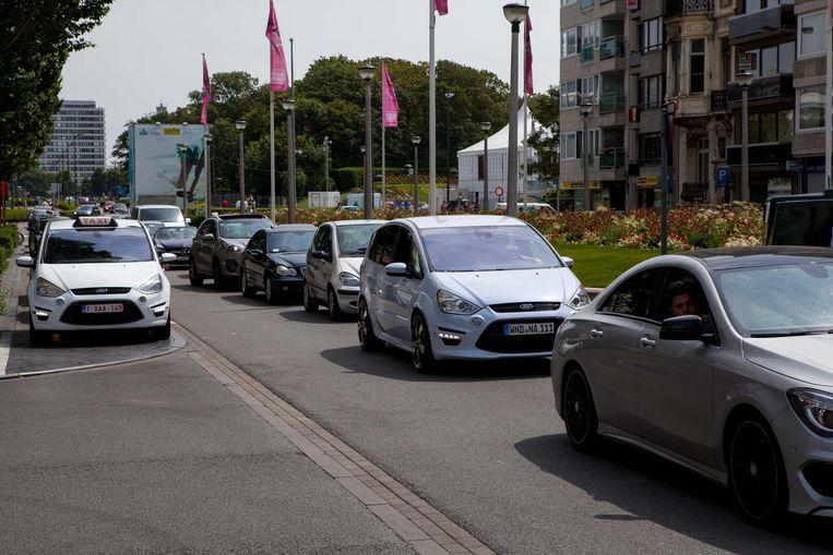 Auto's schuiven aan in de binnenstad, om een parkeerplaats te vinden.