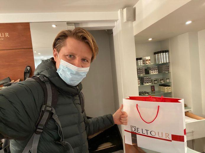 Vlaams volksvertegenwoordiger en schepen Axel Ronse gaf alvast het goeie voorbeeld, door schoenen te gaan kopen bij Deltour in de Korte Steenstraat.