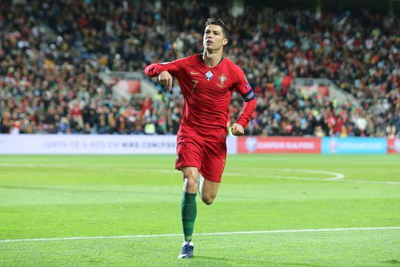 Ronaldo viert na zijn doelpunt tegen Litouwen.