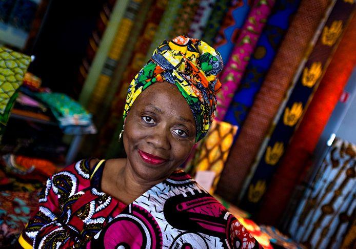 De Congolese Beatrice Kiangudi in de Vlisco fabriekswinkel in Helmond.