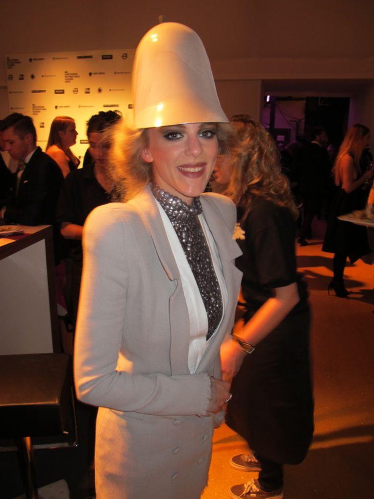 Onder de bobby hat zit Stacey Rookhuizen (een ontwerp van Jan Taminiau). Beeld null