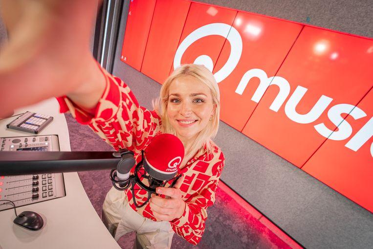 Julie Van den Steen in de Qmusic-studio Beeld Qmusic