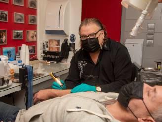 """Tattoo-artiest Gino mag weer aan de slag met goedgevulde agenda: """"We waren voor de pandemie al het meest hygiënische beroep"""""""